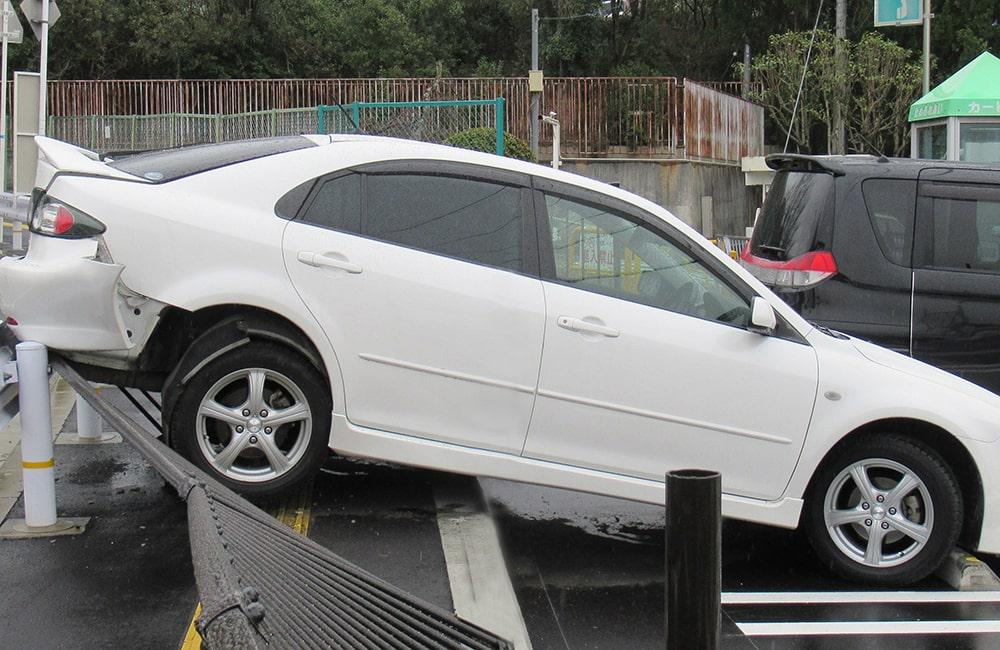 駐車場でのブレーキの踏み間違い事故