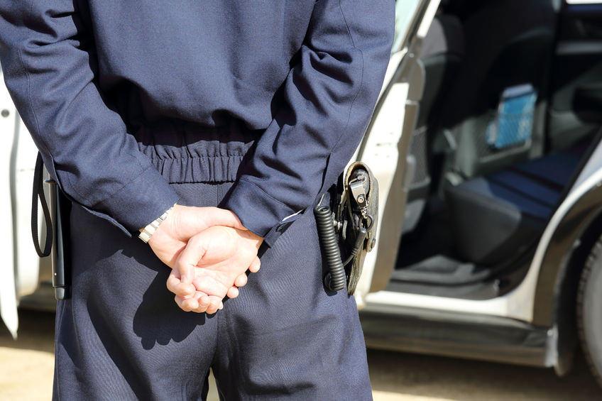 スピード違反の取り締まりをする警官