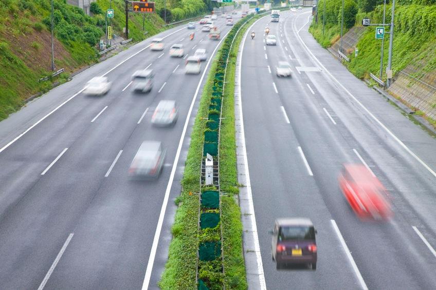 高速道路を逆走する車