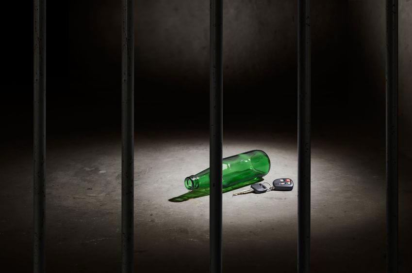 牢屋の中にビール瓶