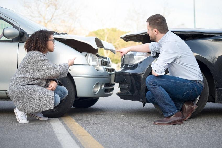 事故直後に過失割合について話す当事者たち