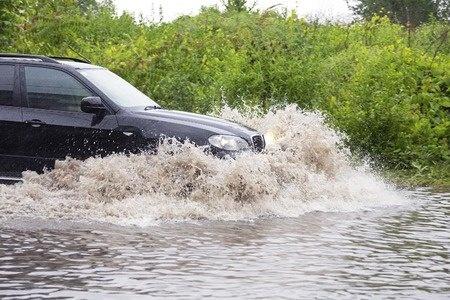 浸水していく車