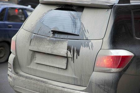 火山灰と車