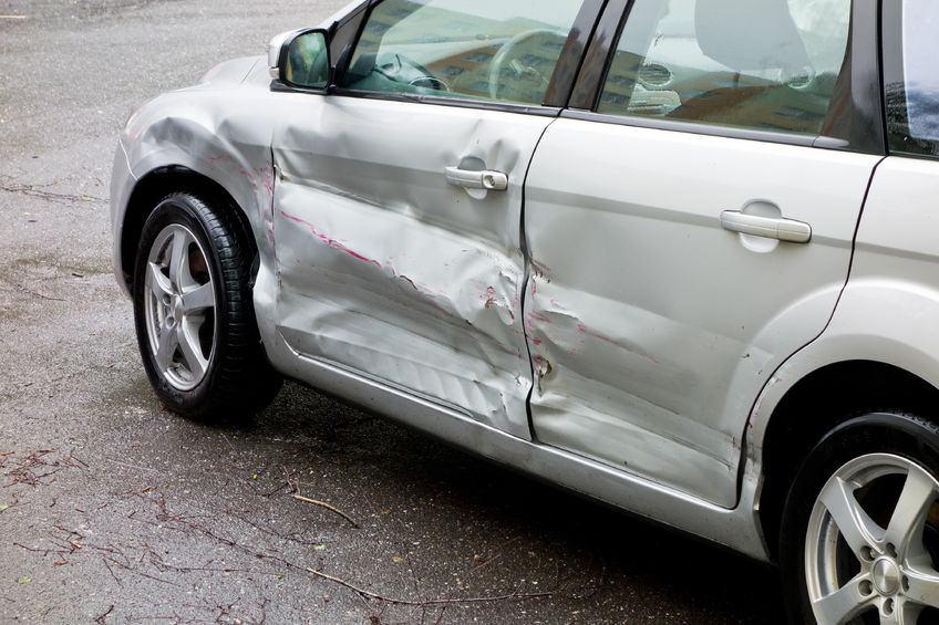 事故直後に左側が破損した車