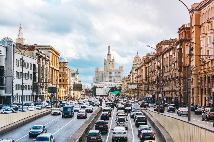 ロシアの高速道路に走るミズノ車